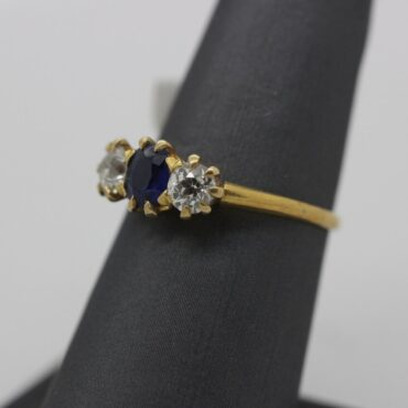 Beautiful 18k gold diamond and saphire engagement ring